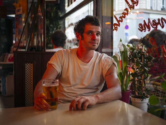 Félix Moati au bar L'étincelle, à Paris, le 8 juillet.