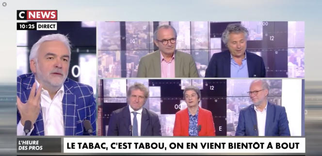 Pascal Praud (à gauche) anime un débat sur l'usage du tabac lors de son émission «L'heure des pros» sur CNews, le31 mai 2019.