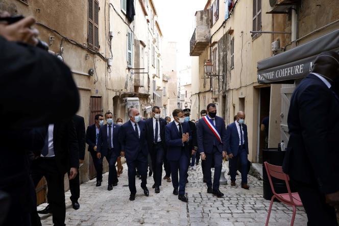 Emmanuel Macron avec le maire de Bonifacio (Corse-du-Sud) Jean-Charles Orsucci, lors d'une visite de la ville, le 10 septembre.