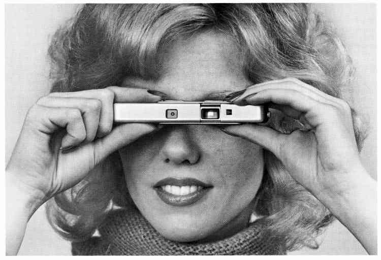 Le graphiste suisse Alberto Vieceli a récupéré des centaines de photos publicitaires d'hommes et de femmes tenant un appareil photo dans les mains ou à l'œil. Il les a disposées, avec son talent de graphiste, au Musée suisse de l'appareil photographique. Truculent.