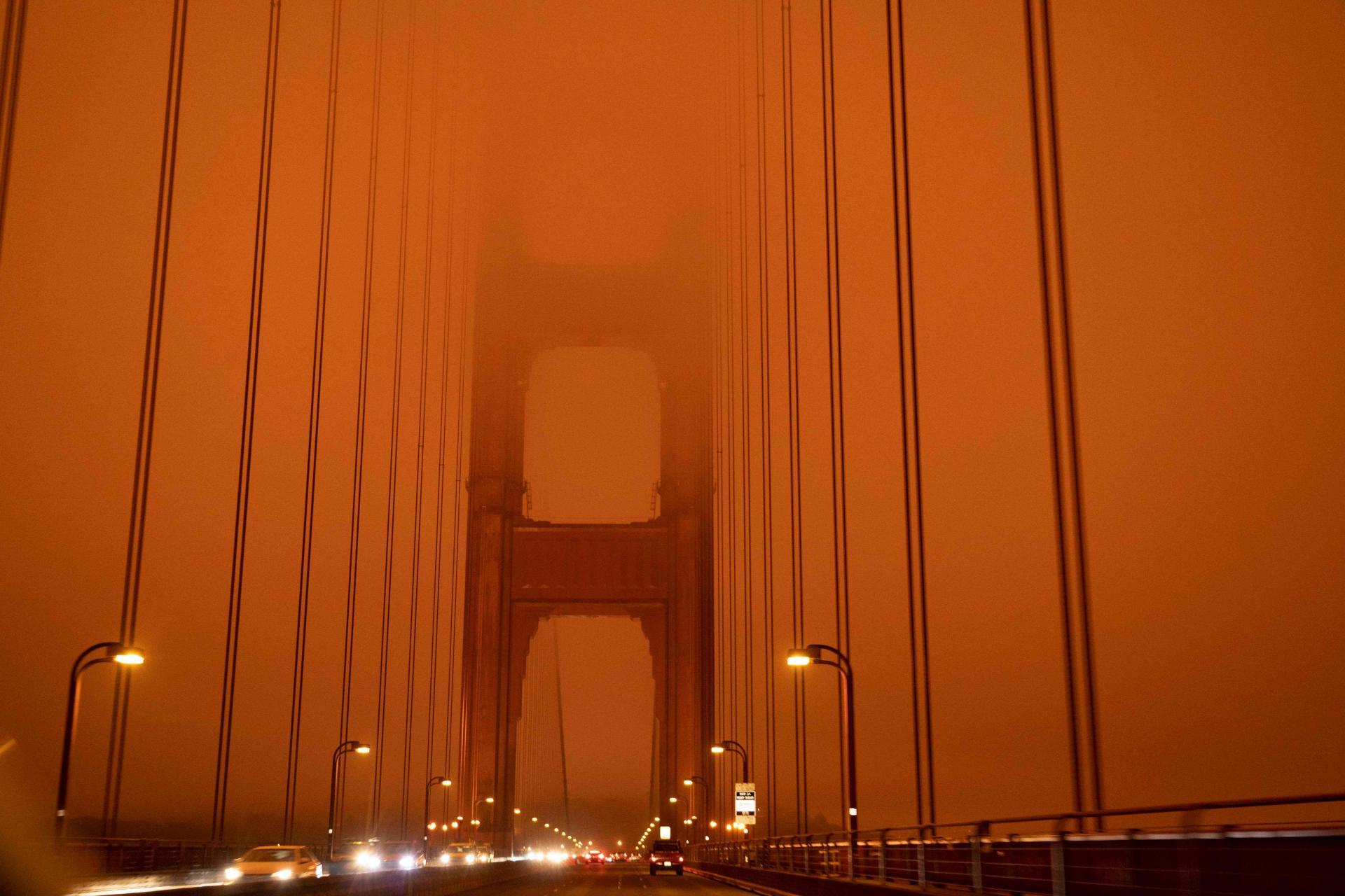 Le pont du Golden Gate sous une épaisse fumée orange, alors que 35 incendies ravagent la région de San Francisco, le 9 septembre.