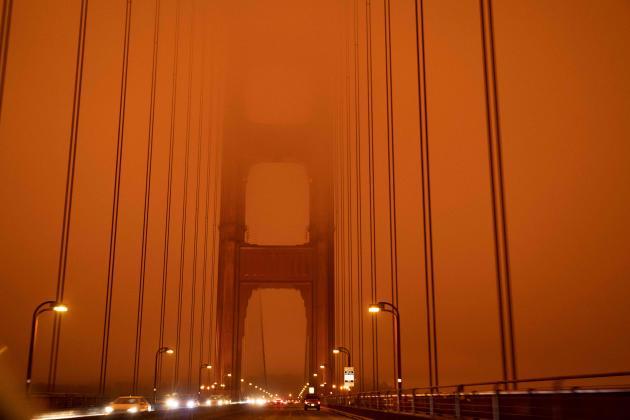 Le Golden Gate Bridge sous une épaisse fumée orange alors que 35 incendies ravagent la région de San Francisco le 9 septembre.