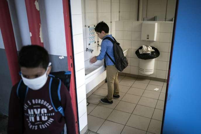 Des enfants portent des masques et se lavent les mains à l'école élémentaire Clement Falcucci, à Toulouse, le 1er septembre.