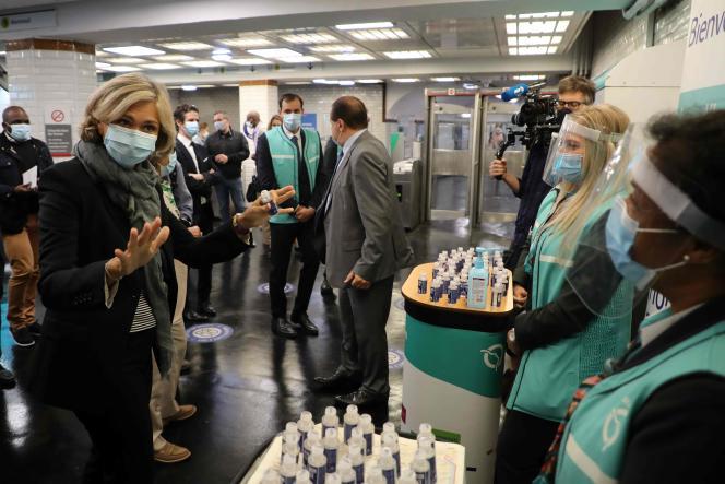 La présidente de la région Ile-de-France, Valerie Pécresse (à gauche) distribue du gel hydroalcoolique,à Paris, le 2 septembre.