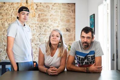 Laurence, Frédéric et leur fils Robin, dans leur appartement à Poussan, le 6 septembre 2020