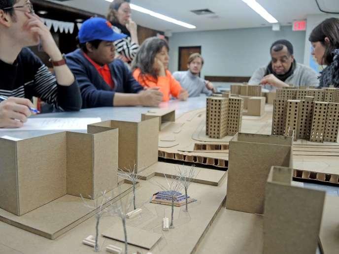 Le cœur du projet« Opening the Edge» repose sur l'implication des habitants, ici en pleine séance de travail sur la maquette de leur futur quartier.