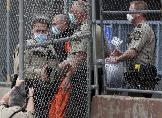 Derek Chauvin entourés par trois policiers, le 11 septembre, à Minneapolis (Minnesota).
