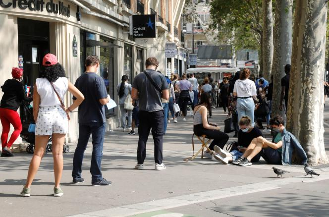 File d'attente devant un centre de dépistage du coronavirus, le 11 septembre à Paris.