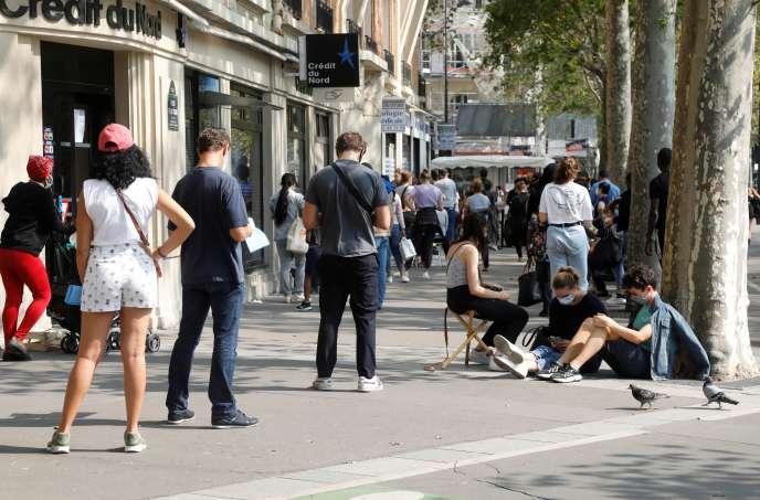 File d'attente devant un centre de dépistage du coronavirus, le 11 septembre à Paris. CHARLES PLATIAU / REUTERS coronavirus, le 11 septembre à Paris.