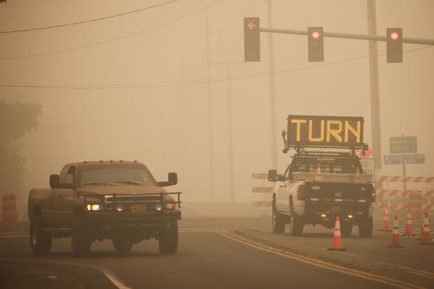 Une route bloquée en raison d'un incendie toujours en cours à Molalla, au sud de Portoland (Oregon), vendredi 11 septembre.