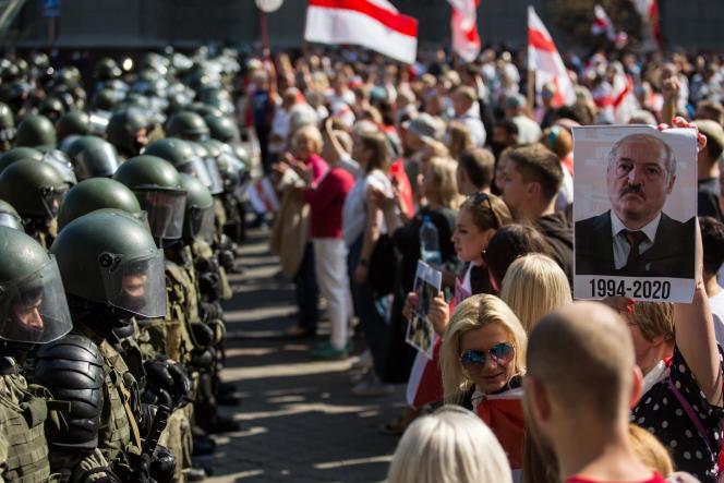 Une foule de manifestants face aux forces de l'ordre lors d'une manifestation contre l'élection présidentielle du 9 août, à Minsk, le 30 août 2020.