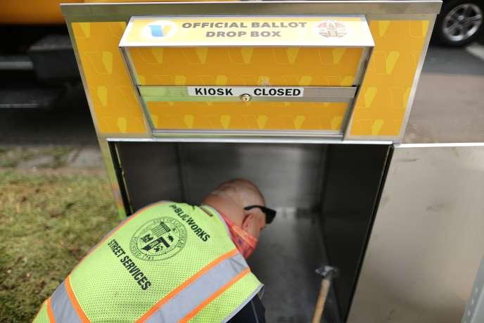 Installation d'une boîte à lettres destinée à recueillir les enveloppes contenant les bulletins de vote, à Los Angeles, le 11 septembre 2020.