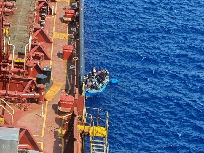Le pétrolier «Maersk Etienne»battant pavillon danois est venu en aide à une embarcation de migrants le 4 août au large de Malte.Cette image a été envoyée le 19 août.