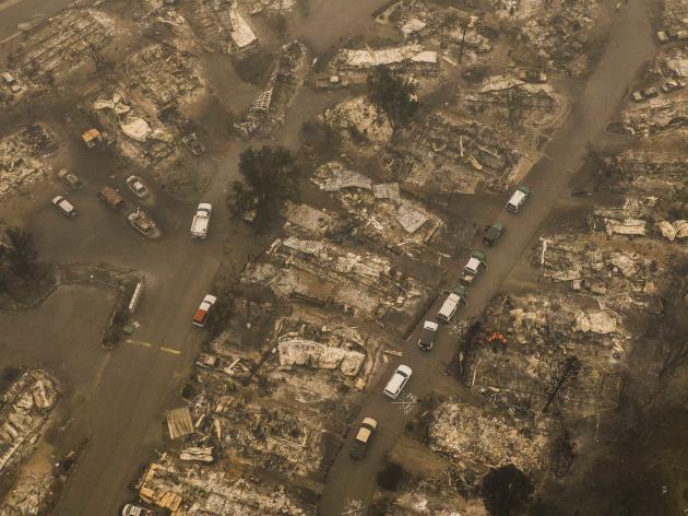 Vue aérienne d'Ashland, Oregon, le vendredi 11 septembre, alors que les sauveteurs et le membre du shérif du comté de Jackson recherchent un résident âgé disparu dans un parc de maisons mobiles.