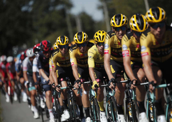 Le train jaune et noir de la Jumbo-Visma, le 10 septembre lors de la 12e étape du Tour de France, entre Chauvigny et Sarran.