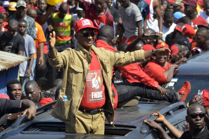 Le chef de l'opposition guinéenne Cellou Dalein Diallo salue la foule alors qu'il participe à une manifestation contre le troisième mandat du président Alpha Condé, le 7 novembre 2019, à Conakry.