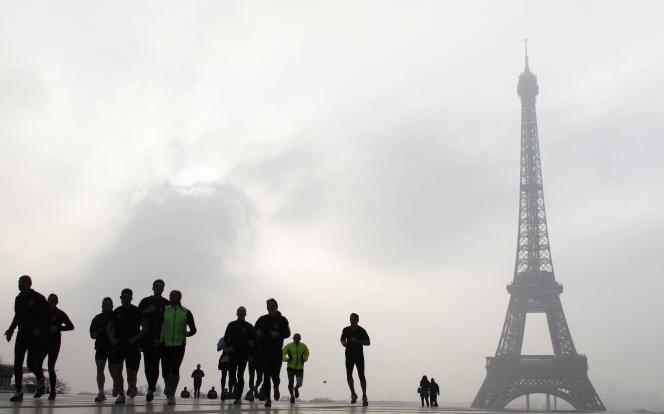 L'Agence nationale du sport, à Paris, a pour mission de développer à la fois le haut niveau et la pratique de masse dans le pays (ici, des joggeurs près de la tour Eiffel).