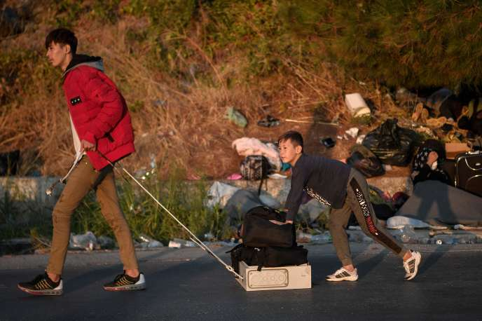 Des migrants sans abri sur une route près de Mytilène, sur l'île grecque de Lesbos,le 11 septembre.