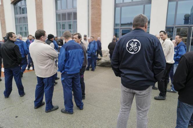 Des salariés de General Electric, à Belfort, en octobre 2019.