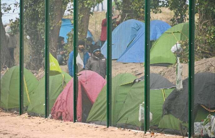 Des migrants, le 3 avril à Calais.