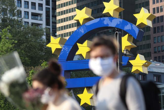 Devant le siège de la Banque centrale européenne, à Francfort (Allemagne), le 24 avril 2020.