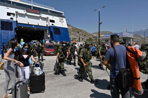 Militaires grecs et touristes débarquant dans le port de Megisti, sur l'île de Kastellorizo, le 28 août 2020.
