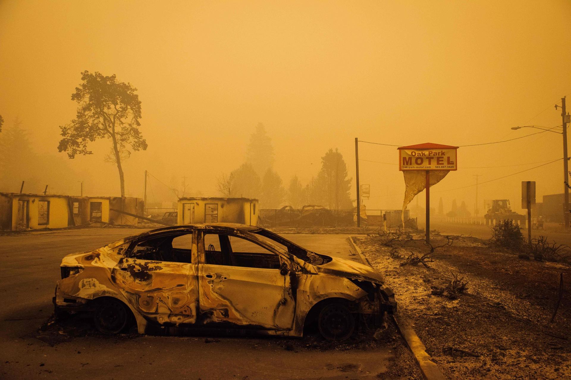 Sur le parking du motel Oak Park, détruit par les flammes du Santiam Fire, à Gates, dans l'Oregon, le 10septembre.