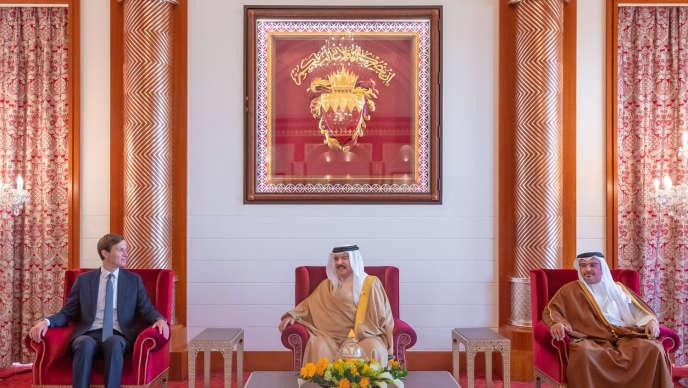 Le conseiller de Donald Trump, Jared Kushner,l'émir deBahreïn Hamad Ben Issa Al Khalifaet le prince héritier Salman ben Hamad Al Khalifa, le 1er septembre à Manama.