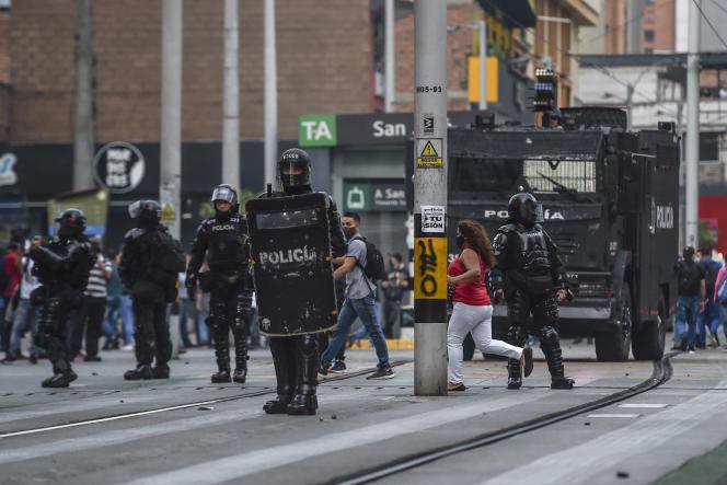 La police anti-émeute monte la garde lors d'une troisième journée consécutive de manifestations contre la brutalité policière à Medellin, en Colombie, le 11septembre.