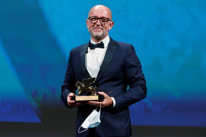 Lors de la cérémonie de remise des prix de la 77e Mostra de Venise, le 12 septembre 2020, Davide Romani, directeur du marketing chez Disney Italie, reçoit le Lion d'orau nom de la réalisatrice américaine Chloé Zhao pour son film «Nomadland».