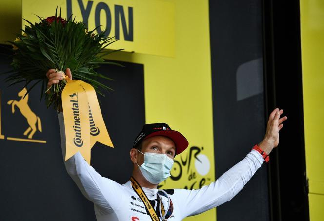 Le Danois Soren Kragh Andersen, de l'équipe Sunweb, célèbre sa victoire sur la 14eétape du Tour de France, entre Clermont-Ferrand et Lyon, le 12septembre 2020.