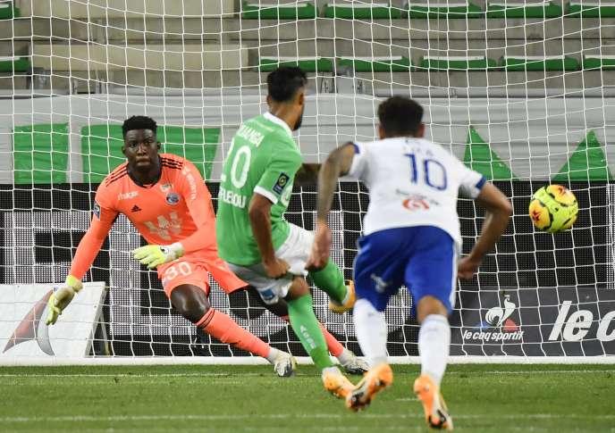 Premier but de la saison pour le Stéphanois Denis Bouanga sur ce penalty inscrit face à Strasbourg, samedi 12 septembre au stade Geoffroy-Guichard de Saint-Etienne.