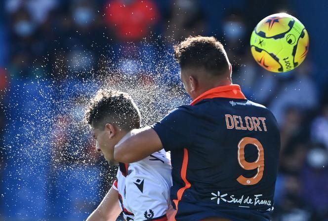Les Niçois ont été dominés par Montpellier à l'image du duel entre l'attaquant de la Paillade Andy Delort et le défenseur de l'OGCN Youcef Atal, au stade de la Mosson de Montpellier, samedi 12 septembre.
