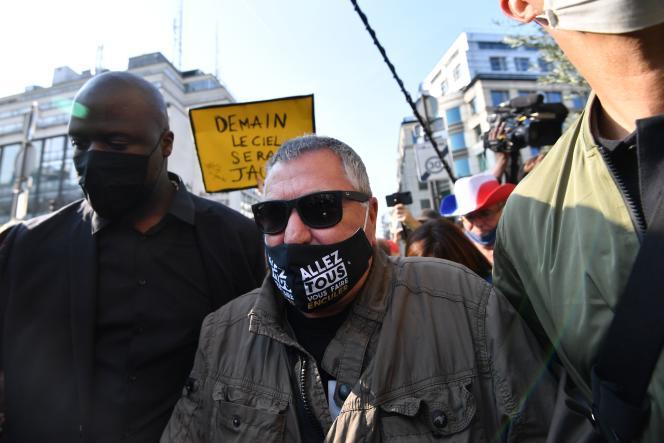 Hué par des manifestants, l'humoriste Jean-Marie Bigard a dû être exfiltré dans un café, près de la place de la Bourse, à Paris, le 12 septembre.