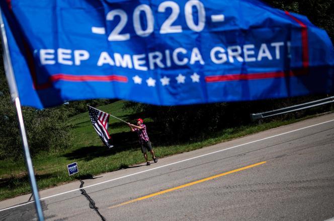 Les partisans du président américain Donald Trump agitent des drapeaux lors de l'inscription des électeurs républicains à Brownsville, en Pennsylvanie, le 5 septembre 2020.