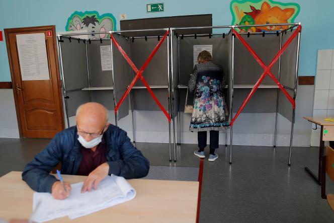 Bureau de vote dans la ville de Tomsk, en Sibérie, le 12 septembre. Les élections se déroulent sur trois jours pour limiter les risques liés au Covid-19.