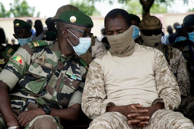 Le colonel Assimi Goïta (à droite), président du Comité national pour le salut du peuple, le 6 septembre à Kati, près de Bamako.