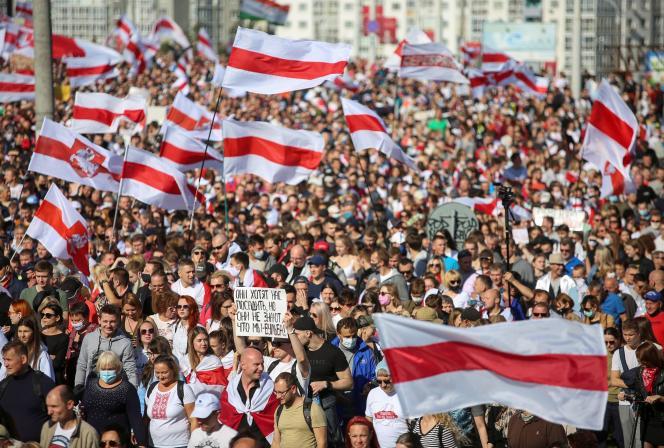 Des dizaines de milliers de personnes se sont rassemblées pour protester contre le président biélorusse, Alexandre Loukachenko, dimanche 13 septembre.