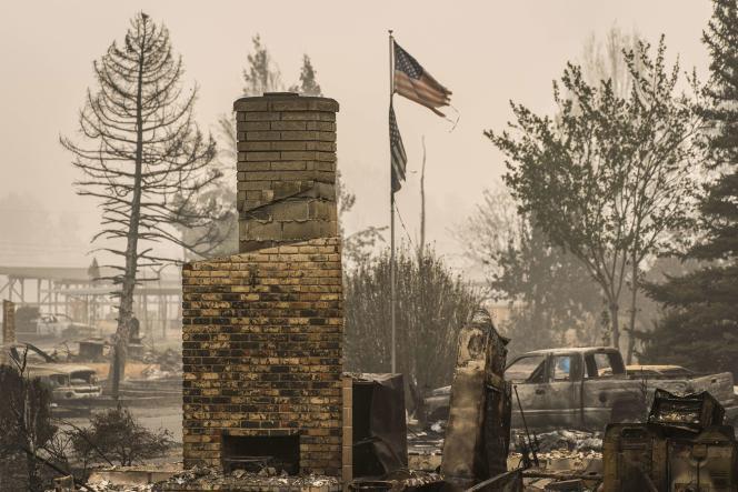 Il ne reste qu'une cheminée au milieudes décombres dans ce quartier de Talent (Oregon), ravagé par les incendies, dimanche 13 septembre.