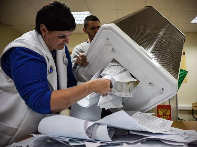 Des membres de la commission électorale locale pendant le dépouillement, dans un bureau de vote dans la ville russe de Novossibirsk, le 13 septembre 2020.
