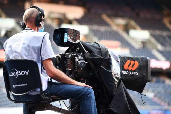 Un cadreur derrière une caméra portant le logo du groupe Mediapro, lors du match PSG-OM, le 13 septembre2020.