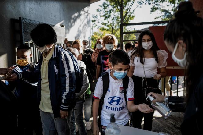 A l'entrée d'une école à Bron (Rhône), le 1erseptembre.