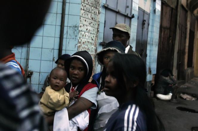 Une jeune prostituée dans une rue d'Antananarivo, en 2006.