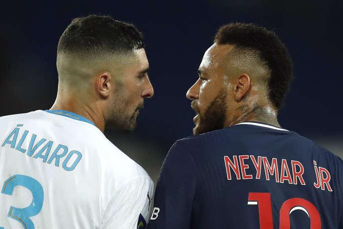 Le défenseur marseillais Alvaro Gonzalez et l'attaquant parisien Neymar, lors de PSG-OM, le 13 septembre au Parc des Princes.