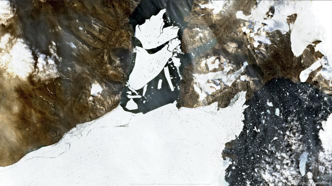 Les images satellites diffusées par l'Institut géologique du Danemark et du Groenland montrent que de vastes surfaces de glace se sont désormais séparées de ce gigantesque glacier du nord-est du territoire arctique, qui débouche dans le « fjord 79 » (« Nioghalvfjerdsfjorden »).
