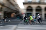 Des cyclistes rue de Rivoli, à Paris, en septembre.