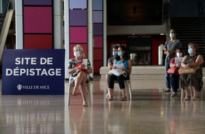 Des personnes attendent pour se faire dépister du Covid-19, à Nice (Alpes-Maritimes), le 14septembre.