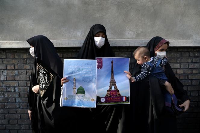 Affiches de protestation contre la republication des caricatures de Mahomet en une de« Charlie Hebdo», à Téhéran, le 9 septembre.