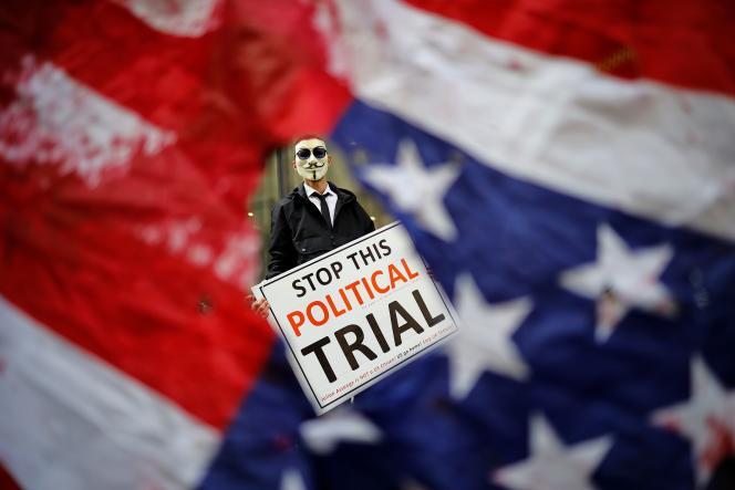 Un manifestant brandit une pancarte dénonçant un «procès politique». Il s'agit de l'un des principaux axes de défense de l'équipe de Julian Assange.