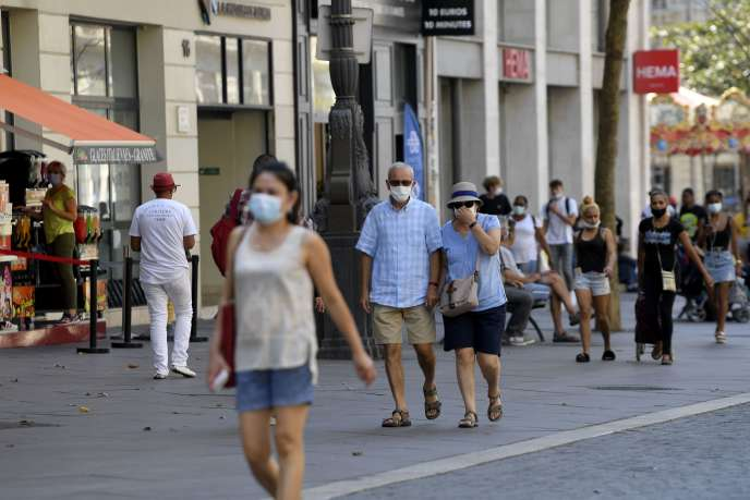Passers-by wearing masks in the streets of Marseille, September 14.